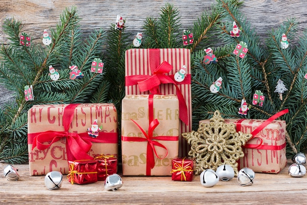 Rama de árbol de navidad y regalos sobre fondo de madera. copia espacio