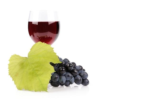 Rama de uvas y copa de vino aislado en blanco