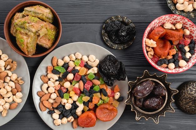 Ramadán de aperitivos con frutas secas tradicionales; fechas y baklava en mesa.