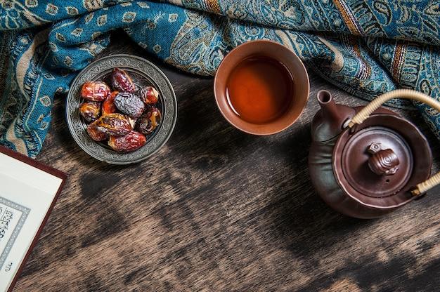 Ramadán de islam, palmera datilera para el ramadán y té en una bandeja de metal colocada