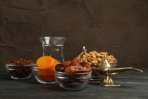 Ramadan kareem comida y decoración en mesa de madera sobre fondo marrón