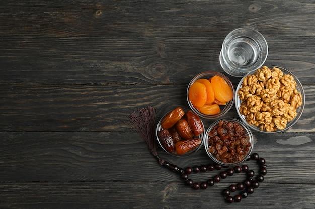 Ramadán kareem comida y decoración en mesa de madera