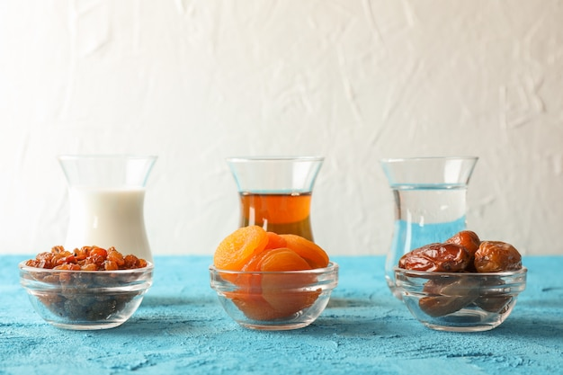 Ramadán kareem comida en mesa de color sobre fondo claro