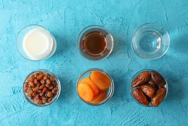 Ramadán kareem comida sobre fondo de color