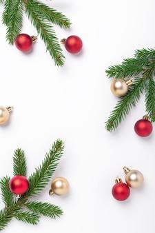 Ramas de abeto con bolas de navidad rojas y doradas