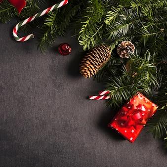 Ramas de abeto cerca de decoraciones para navidad