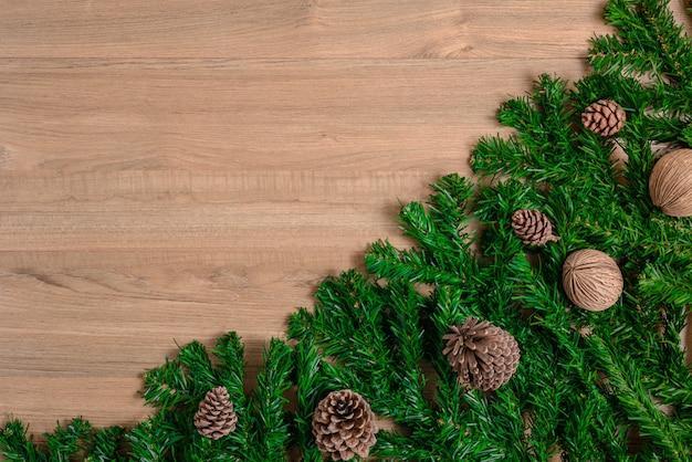 Ramas de abeto y conos de pino sobre tabla de madera