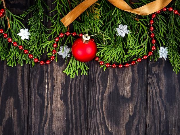 Ramas de abeto con decoración navideña en madera