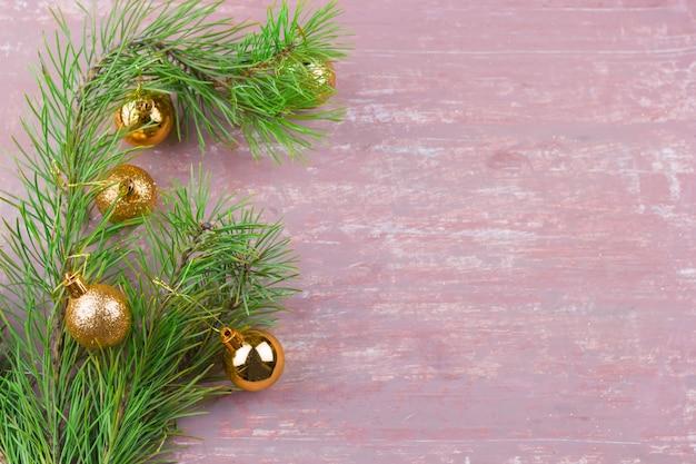 Ramas de abeto verde con marco dorado de bolas de navidad