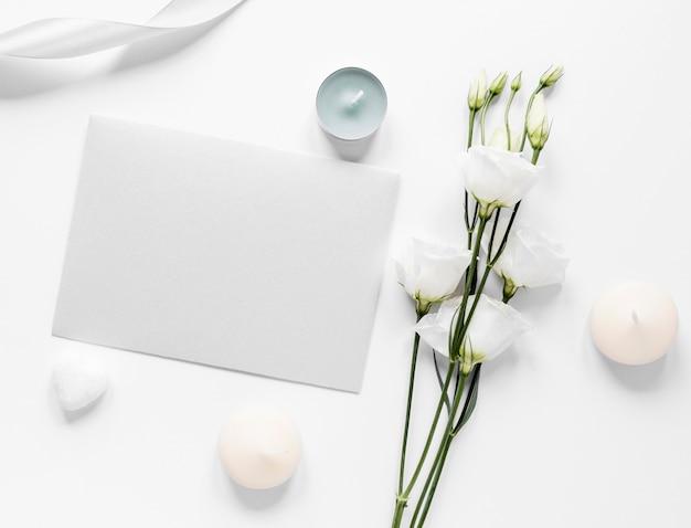 Ramas de algodón al lado de la tarjeta de boda