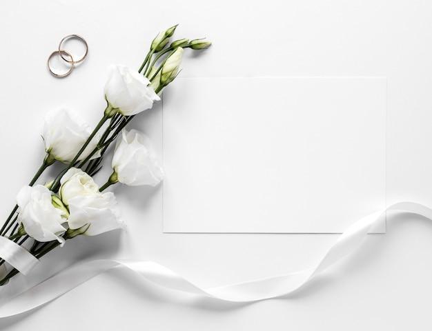 Ramas de algodón y anillos de boda.