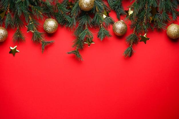 Ramas de los árboles de navidad con juguetes en rojo con copyspace