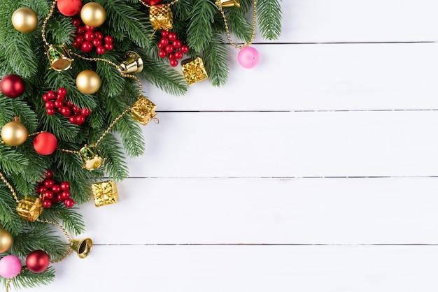 Ramas y decoración spruce de la navidad en fondo de madera.