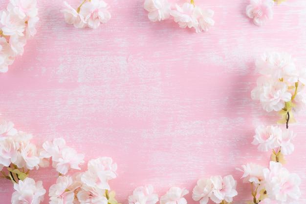 Ramas florecientes de la primavera en fondo de madera rosado