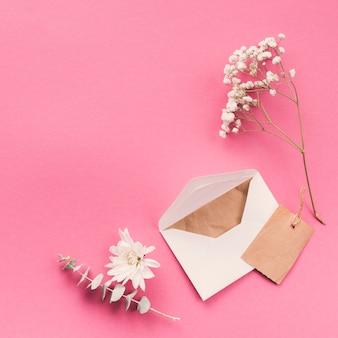 Ramas de flores con sobre en mesa