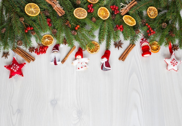 Ramas de pino, decoración y juguetes de fieltro hechos a mano.