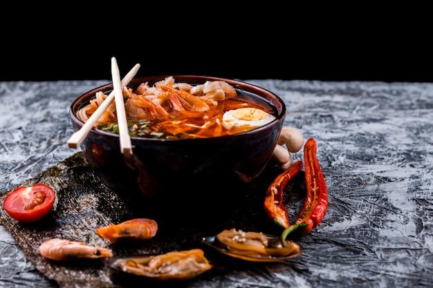 Ramen japonés con huevos y mariscos