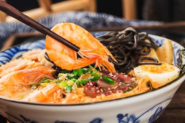 Ramen de marisco japonés con salsa de sepia