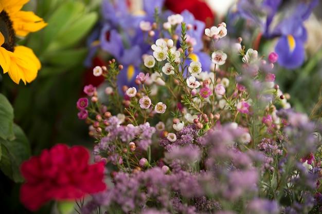 Ramillete de flores hermoso pequeño de primavera