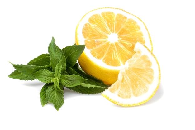 Una ramita de menta fresca con limón. aislado