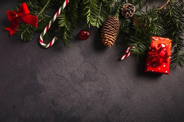 Ramitas de abeto cerca de decoraciones para navidad