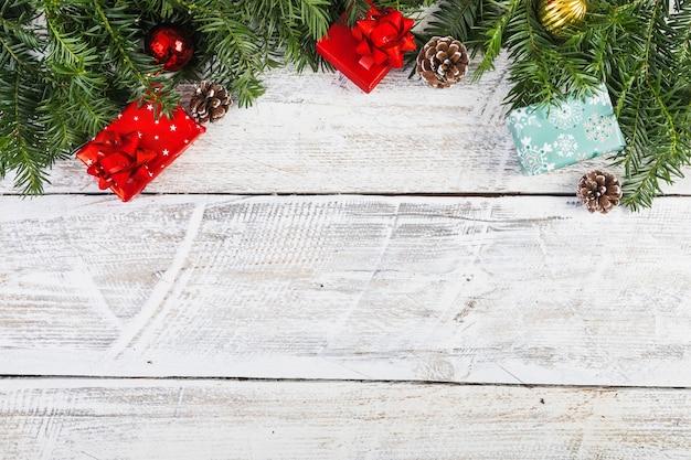 Ramitas de coníferas cerca de decoraciones para navidad.