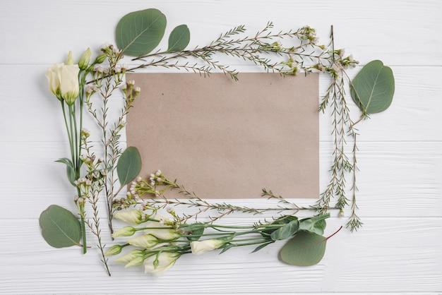 Ramitas y flores alrededor del papel