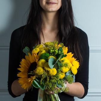 Ramo amarillo de winflowers y girasoles