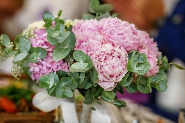 Ramo de boda de flores de peonía rosa.