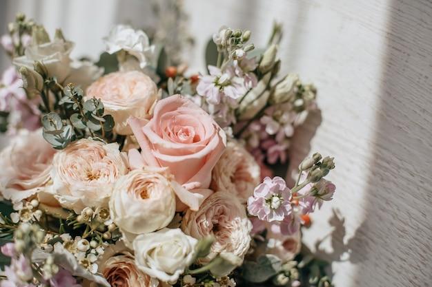 Ramo de boda de flores de peonías en el piso de los recién casados.