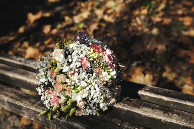 Ramo de boda sobre un banco de madera