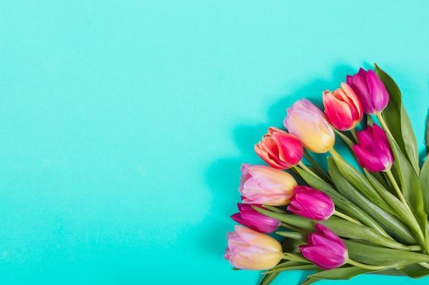 Ramo brillante de tulipanes en esquina