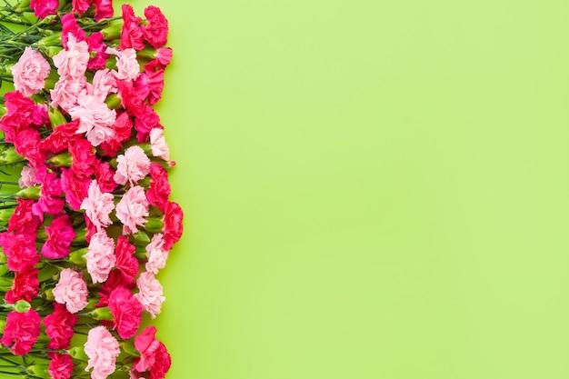 Ramo de clavel rosa sobre fondo verde día de la madre celebración de cumpleaños del día de san valentín