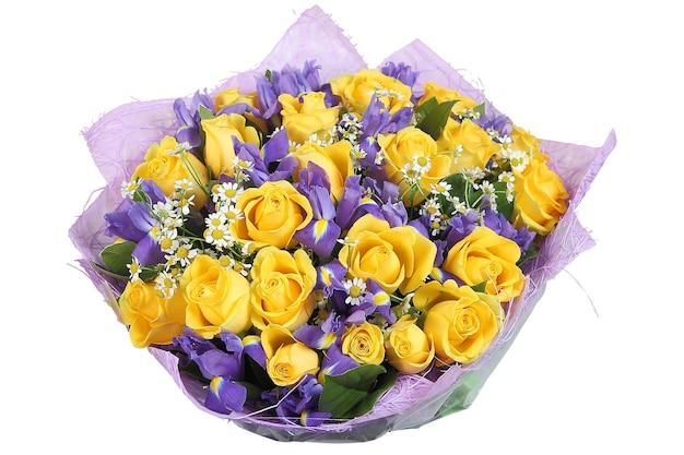 Ramo floral de rosas amarillas y orquídeas violetas aislado sobre fondo blanco.