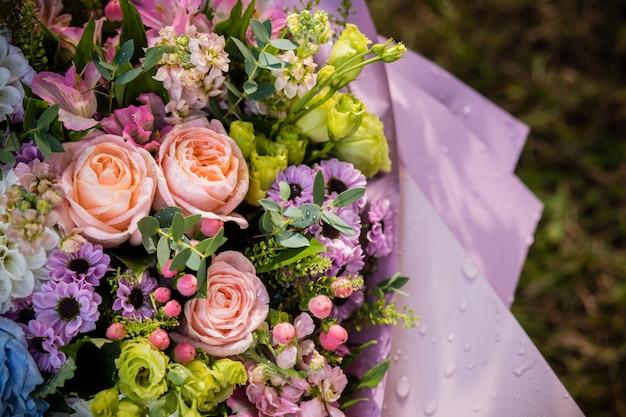 Ramo de flores de alstroemeria, gerber, rosa y crisantemo.