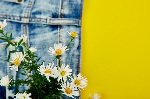 Ramo de flores blancas en el bolsillo de un jeans