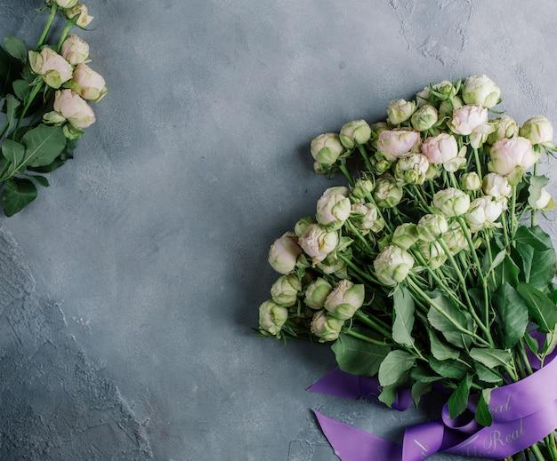 Ramo de flores blancas sobre la mesa