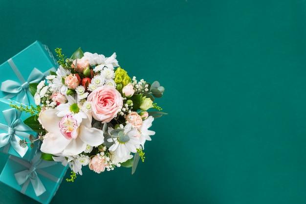 Ramo de flores con cajas de regalo. regalos de boda