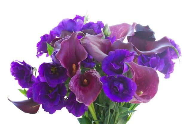 Ramo de flores de calla lilly y eustoma aislado en blanco