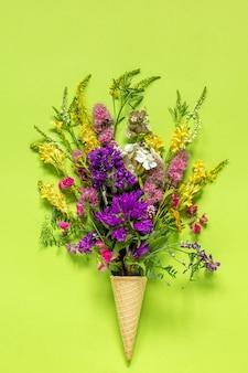 Ramo de flores de campo de color en cono de helado de waffle