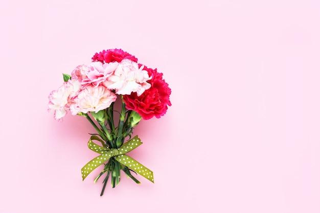 Ramo de flores de clavel rosa y blanco sobre fondo rosa día de la madre cumpleaños del día de san valentín