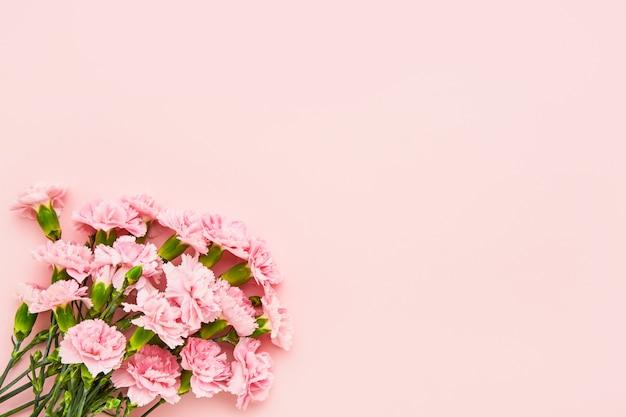 Ramo de flores de clavel rosa sobre fondo rosa día de la madre celebración de cumpleaños del día de san valentín