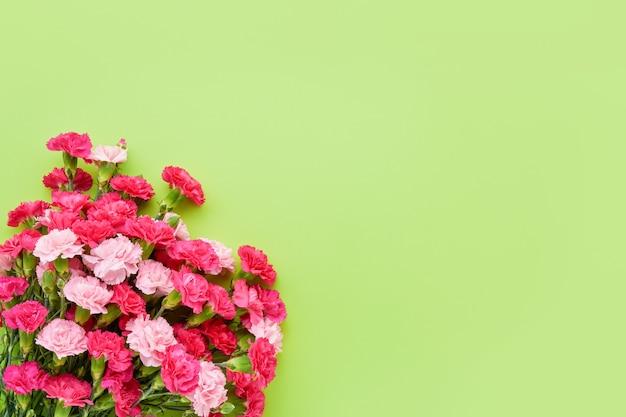 Ramo de flores de clavel rosa sobre fondo verde día de la madre celebración de cumpleaños del día de san valentín