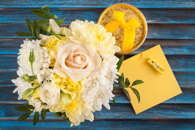 Ramo de flores de color rosa amarillo en azul