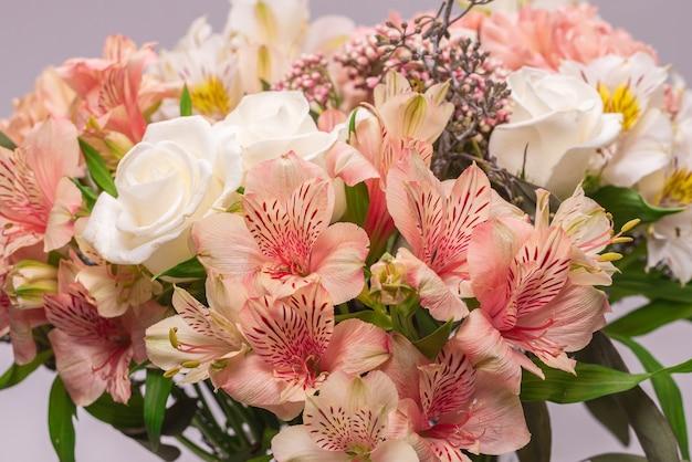 Ramo de flores de color rosa suave en papel de regalo rosa.