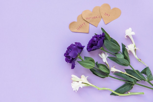 Ramo de flores con corazones para el día de la madre feliz.