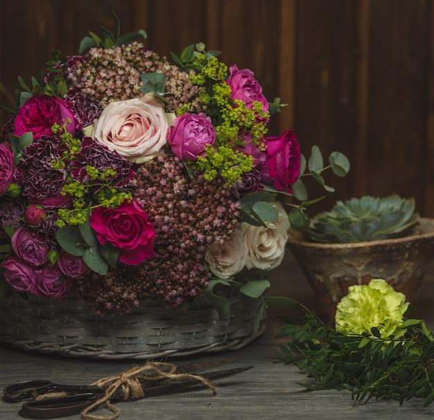 Un ramo de flores exóticas pero rústicas en colores mezclados.