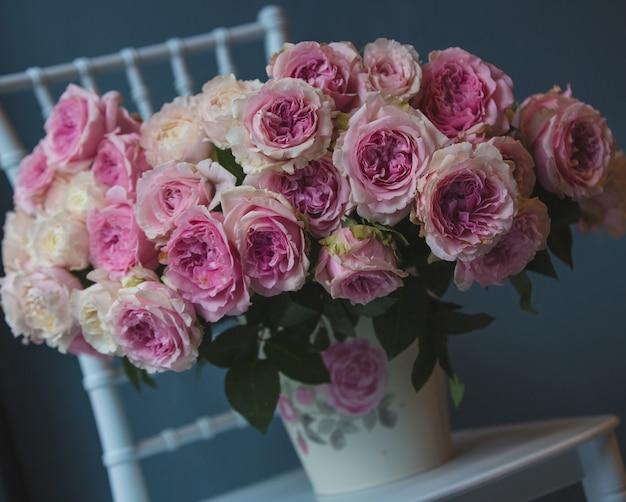 Un ramo de flores en florero de pie