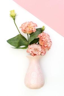 Ramo de flores en florero rosa
