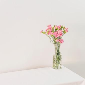 Ramo de flores en florero sobre mesa
